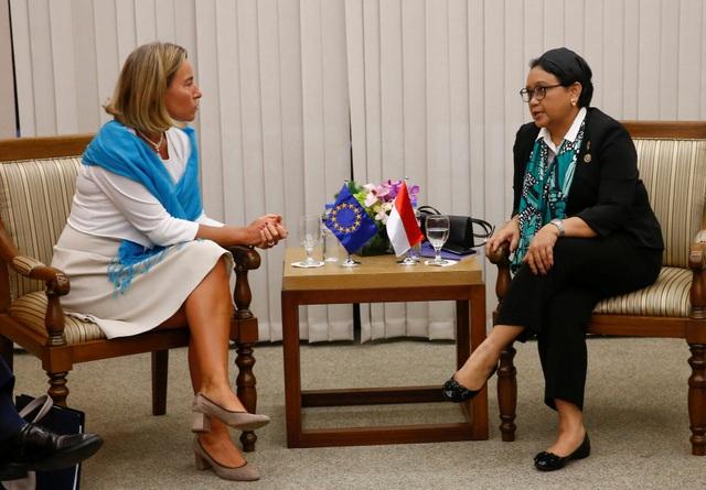 Ngoại trưởng Indonesia Retno Marsudi trong cuộc gặp với Cao ủy phụ trách chính sách đối ngoại của Liên minh châu Âu Federica Mogherini (trái) bên lề các hội nghị của ASEAN. (Ảnh: Reuters)