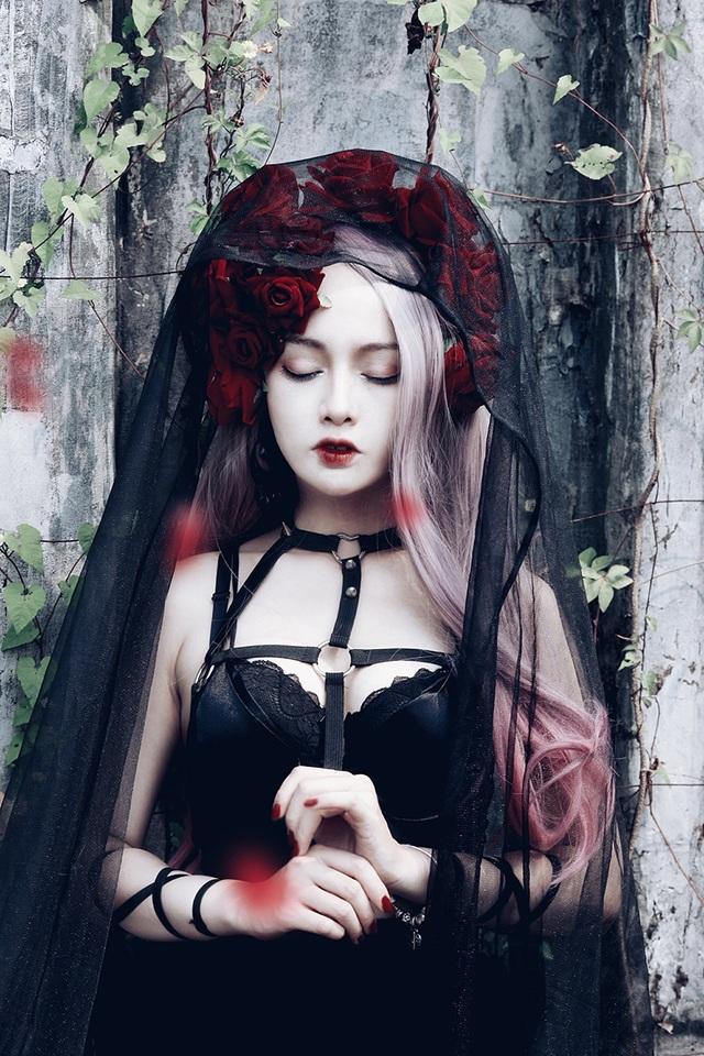 Bộ ảnh lấy cảm hứng từ những thiên thần bóng tối, vừa mang vẻ đẹp thánh thiện, lại nhuốm màu tội lỗi.