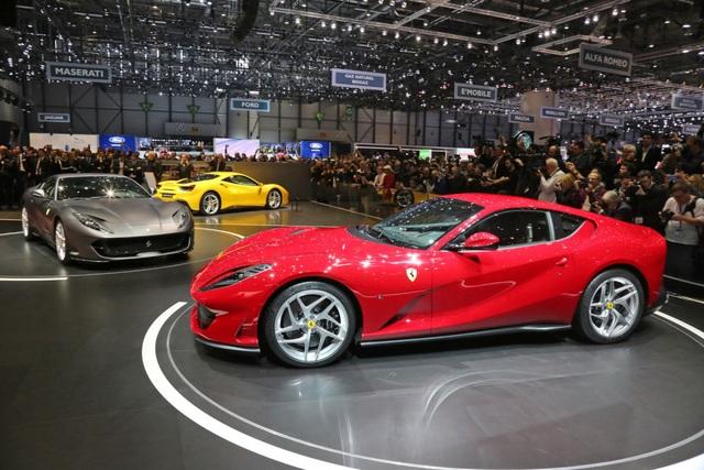 Siêu xe mới này sử dụng động cơ V12 6.5L nạp khí tự nhiên, cho công suất 789 mã lực và mô-men xoắn 718 Nm (530 lb-ft), truyền động cầu sau thông qua hộp số tự động 7 cấp ly hợp kép đã có một số hiệu chỉnh. Với công suất này, Ferrari 812 Superfast nhỉnh hơn đối thủ Lamborghini Aventador S LP740-4 gần 50 mã lực.