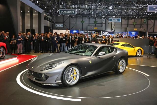 Ferrari chọn mang một chiếc màu sơn đỏ mới - Rosso Settanta, thay vì Rosso Corsa như truyền thống của hãng, cùng một chiếc màu xám Grigio Caldo Opaco tới trưng bày tại Triển lãm ô tô Geneva 2017