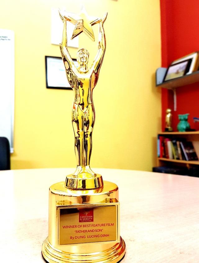 Liên hoan Canadian Diversity Film Festival đã trao cho Cha cõng con giải Phim dài xuất sắc tháng 11/2016.