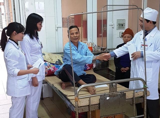 Lãnh đạo bệnh viện Đa khoa tỉnh Thanh Hóa thăm và tặng quà tới các bệnh nhân
