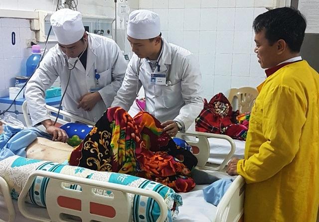 Các bác sĩ thăm khám cho bệnh nhân ở lại ăn Tết ở bệnh viện