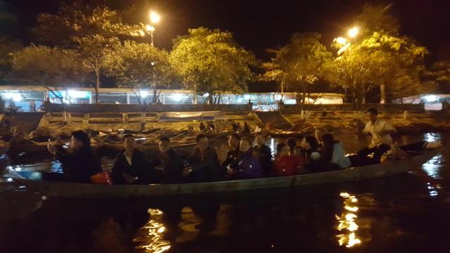 Ban Tổ chức lễ hội Chùa Hương cho biết toàn bộ thuyền phục vụ lễ hội năm nay đã được sơn màu xanh.