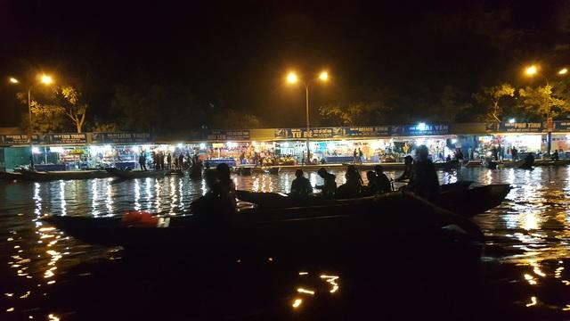 Các dịch vụ dọc Suối Yến phục vụ du khách suốt đêm.