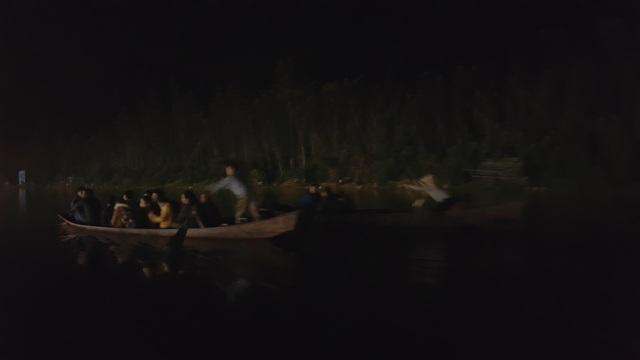Từ 2-3h sáng đã có rất đông người dân thuê thuyền ngược Suối Yến lên Chùa Thiên Trù, Động Hương Tích thắp hương lễ Phật.