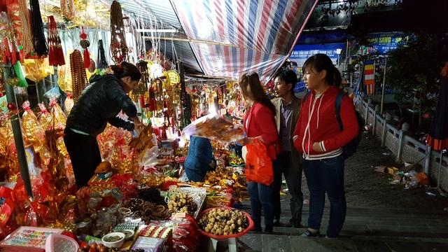 Người dân mua lễ trước cửa động Hương Tích.
