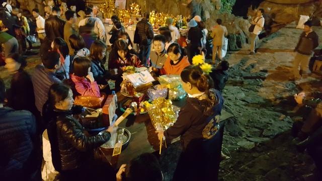Người dân chuẩn bị đồ cúng lễ trong động Hương Tích.