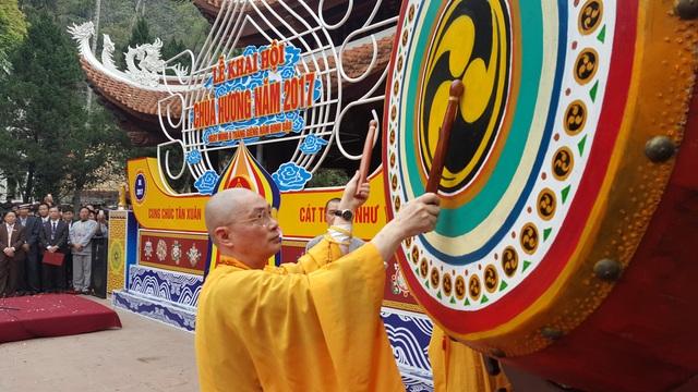Thượng tọa Thích Minh Hiền - Trụ trì Chùa Hương đánh trống khai hội Chùa Hương năm 2017