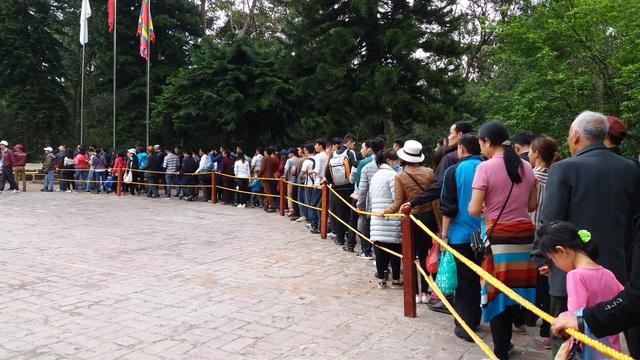 Hàng trăm người xếp hàng chờ lên xe điện