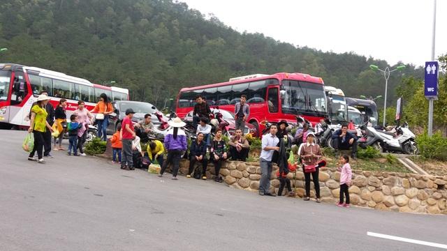 Một gia đình sau khi thăm chùa nghỉ chân chờ xe