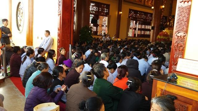 Chính điện không còn chỗ trống, các phật tử ngồi cả ra phía ngoài để nghe giảng pháp