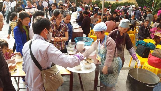 Hàng chục nghìn suất cơm chay được nhà chùa phát miễn phí