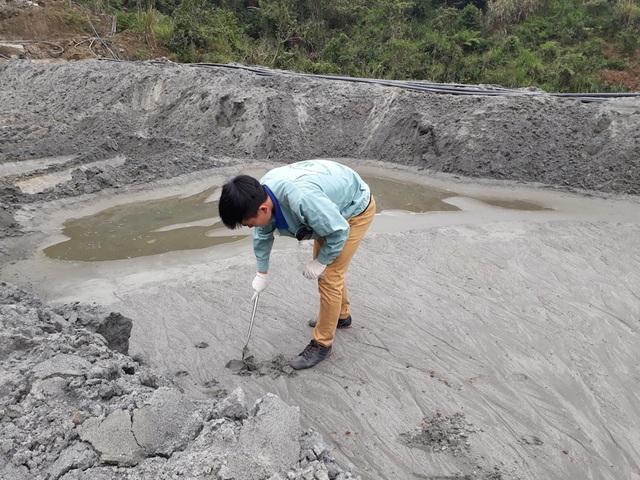 Tiếp tục lấy mẫu phân tích bùn và nước thải.