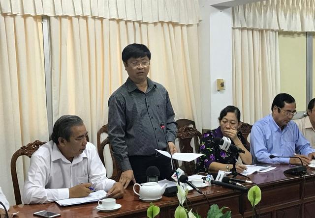 Ông Trương Quang Hoài Nam - Phó Chủ tịch UBND TP Cần thơ (người đứng) chủ trì buổi họp báo sáng nay.