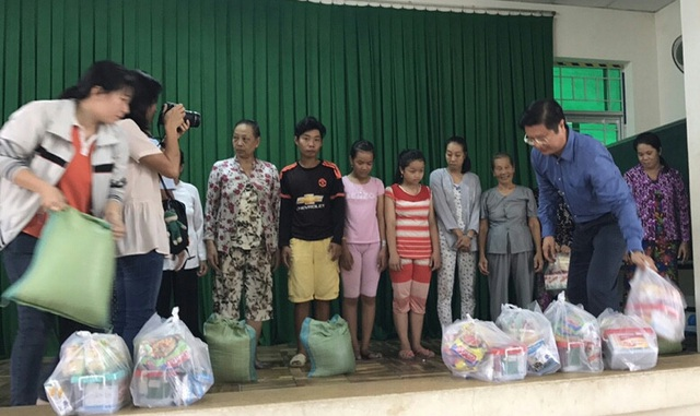 Lãnh đạo UBND TP Cần Thơ trao quà cho các hộ bị ảnh hưởng bởi vụ cháy