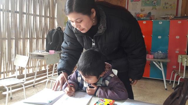 Cô giáo Nông Thị Hảo đang dạy học sinh