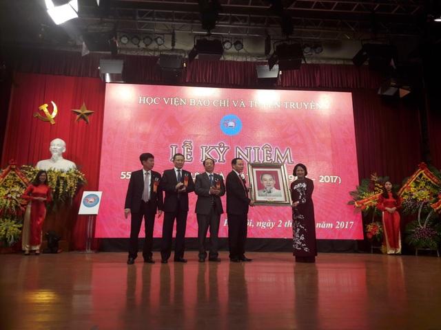 Phó Chủ tịch nước tặng bức tranh Bác Hồ tới Học viện