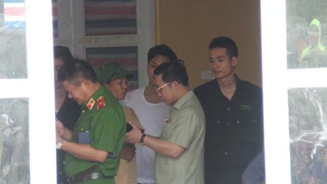 Thiếu tướng Hồ Sĩ Tiến vào bên trong nhà văn hóa gặp các chiến sĩ và nói chuyện với dân.