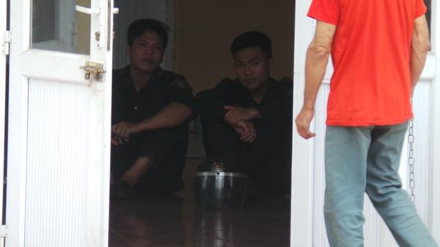 Các chiến sĩ CSCĐ chờ đợi kết quả buổi làm việc giữa lãnh đạo TP với người dân Đồng Tâm (Ảnh: Tiến Nguyên)