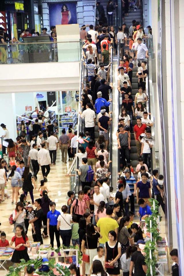 Các trung tâm thương mại ở Hà Nội cũng đông nghẹt người. (Ảnh: Vietnamnet)