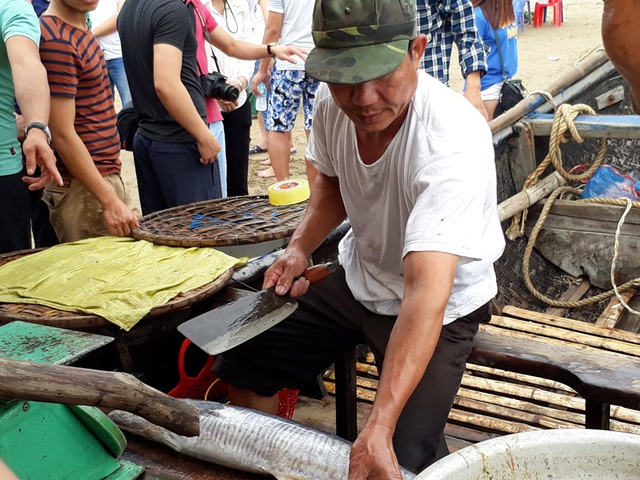 Những con cá tươi rói được bán cho du khách