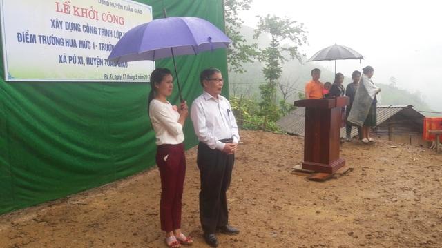 Lễ khởi công phòng học Dân trí tại bản Hua Mức diễn ra dưới trời mưa nhỏ nên mọi công việc được rút ngắn, đơn giản nhưng đầy ý nghĩa (trong ảnh: nhà báo Nguyễn Lương Phán phát biểu tại lễ khởi công)