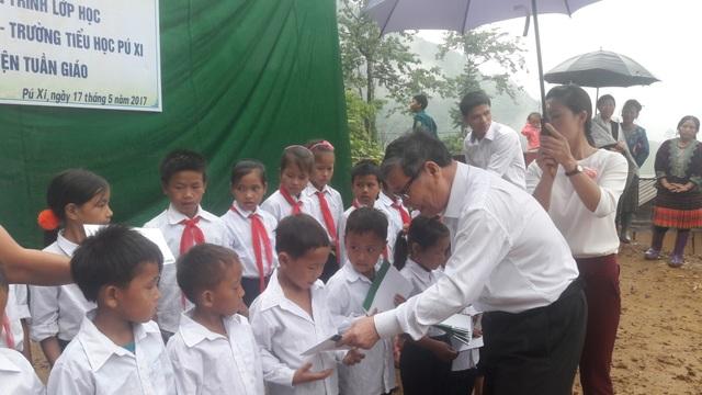 Nhà báo Nguyễn Lương Phán, Phó TBT báo Dân trí trao 20 suất học bổng đến 20 em học sinh có hoàn cảnh khó khăn ở xã Pú Xi
