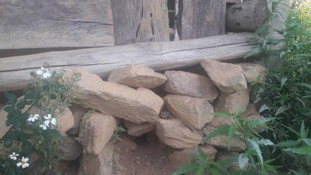 Một góc phòng học bị sạt lở đất nên thầy cô dùng đá học chèn tạm