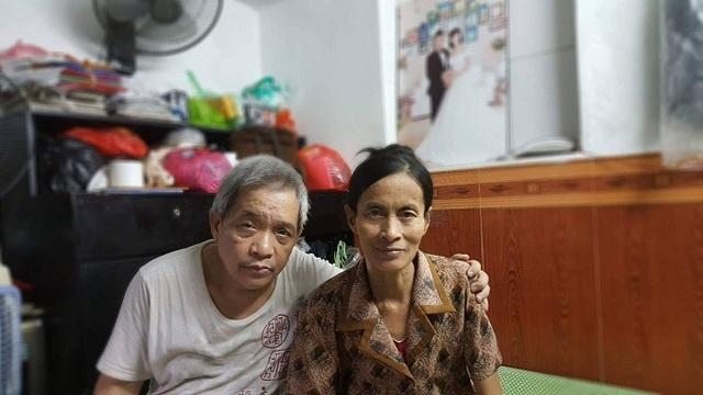 Hai vợ chồng ông Hùng - bà Chính trong căn nhà nhỏ 9 mét vuông ở phố cổ. Ảnh: Hồ Mặc Mặc