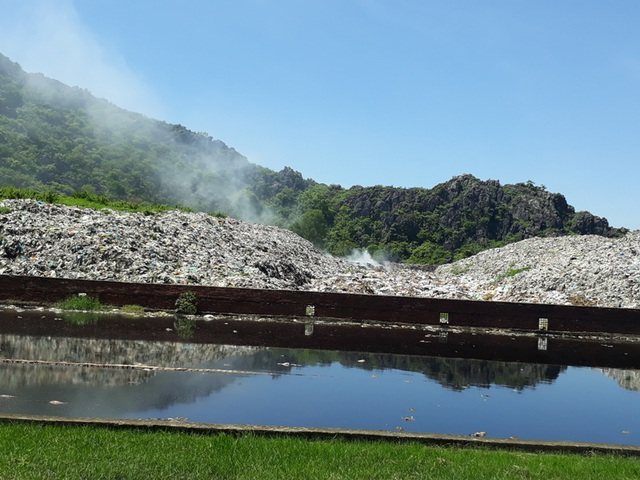 Khu vực bể lắng bốc mùi hôi thối, tràn ra kênh An Thái