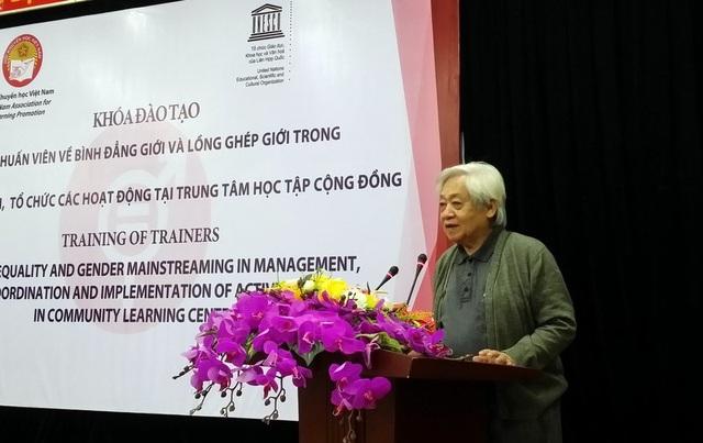 GS.TS Phạm Tất Dong, Phó Chủ tịch Hội Khuyến học Việt Nam phát biểu chỉ đạo tại buổi tập huấn
