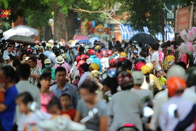 Tại Hà Nội, hàng loạt các địa điểm vui chơi, giải trí kẹt cứng người. Trong buổi sáng đầu tiên của kỳ nghỉ lễ, các ngả đường dẫn về công viên Thủ Lệ ùn tắc kéo dài. Hàng đoàn người phải xếp hàng dài, nhích từng chút một. Ảnh: Vietnamnet