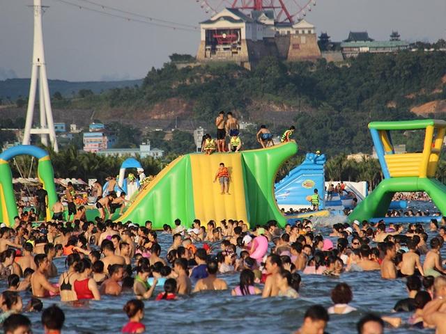 Theo Sở Du lịch Quảng Ninh, dịp nghỉ lễ Quốc khánh năm nay (từ ngày 2 đến 4/9), tổng khách ước đạt 72.000 lượt, trong đó khách quốc tế đạt trên 15.500 lượt (tăng 20% so với cùng kỳ). Ảnh: Vietnamnet