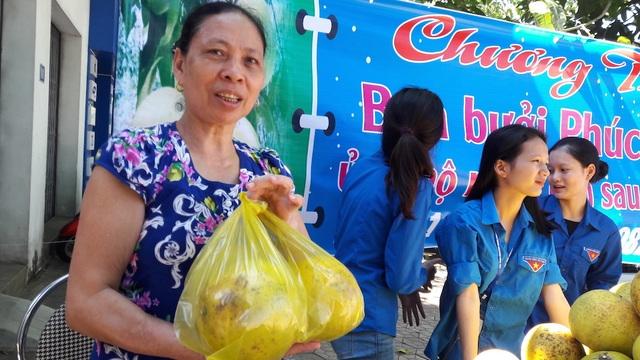 Người dân đến mua bưởi Phúc Trạch rất nhiều tại địa bàn TP Vinh trong một ngày tổ chức bán.