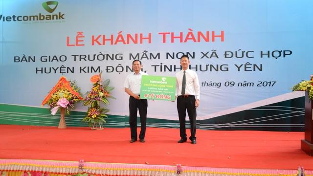 Ông Nguyễn Xuân Cao Cường – Phó Giám đốc phụ trách điều hành Vietcombank Hưng Yên trao tuợng trưng số tiền 8 tỷ đồng của Vietcombank tài trợ xây dựng truờng