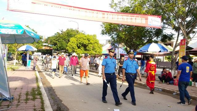 Khán đài đông nghịt người dự Lễ hội chọi trâu Đồ Sơn năm 2017 - 2