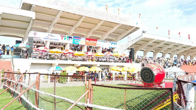 Khán đài đông nghịt người dự Lễ hội chọi trâu Đồ Sơn năm 2017 - 4