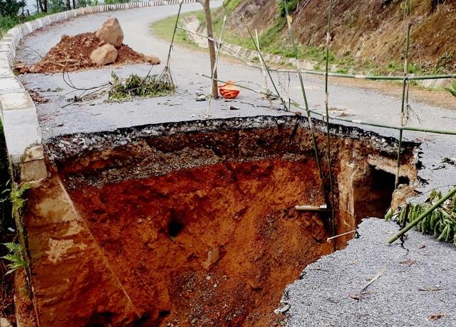 Nhiều công trình giao thông bị lũ tàn phá nặng nề