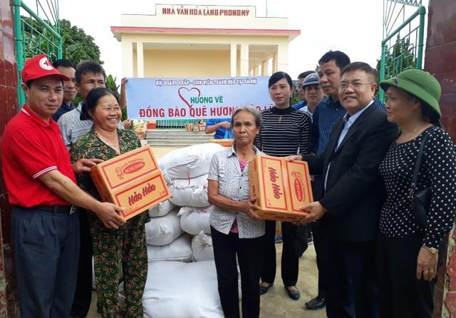 Hội Doanh nhân Thanh Hóa tại Hà Nội phối hợp cùng Hội Chữ thập đỏ tỉnh Thanh Hóa trao quà đến bà con vùng lũ