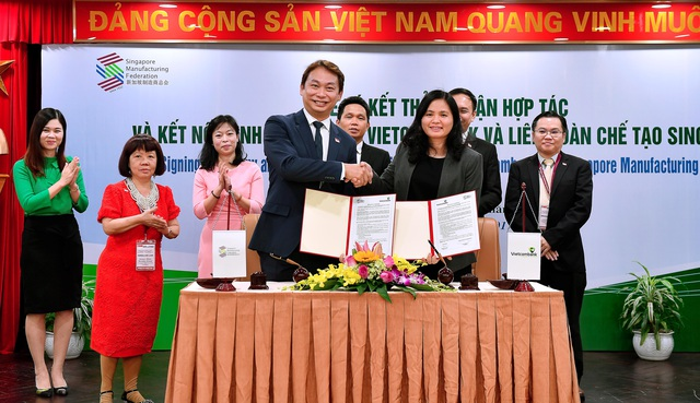 Bà Đinh Thị Thái - Phó Tổng giám đốc Vietcombank và ông Ông Douglas Foo - Chủ tịch SMF đại diện 2 bên ký kết thỏa thuận hợp tác