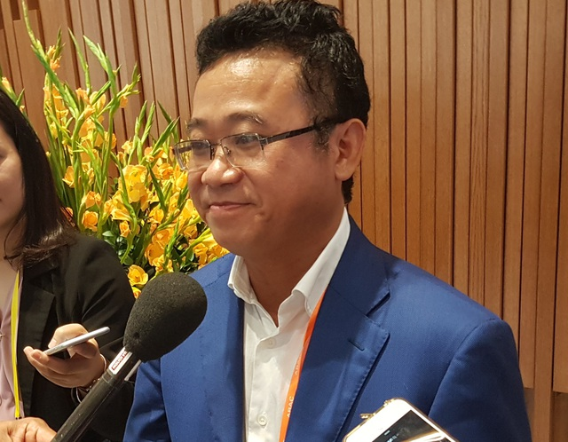 Ông Đặng Thành Tâm trao đổi bên lề một hội nghị trong khuôn khổ Tuần lễ Cấp cao APEC.