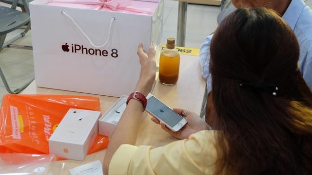 """Ban đầu tôi nghĩ rằng iPhone 8, 8 Plus chính hãng sẽ khó bán trong đợt này bởi sức ép rất lớn từ nguồn hàng xách tay lẫn iPhone X nhưng không ngờ, sức hút sản phẩm này thật sự lớn. Chỉ 8 ngày mở đặt cọc đã có đến 7.000 đơn, đã cọc 5.000 đơn. Một con số đầy khả quan, tín hiệu vui cho mùa mua sắm cuối năm nay."""". Ông Đoàn Văn Hiểu Em nói thêm."""
