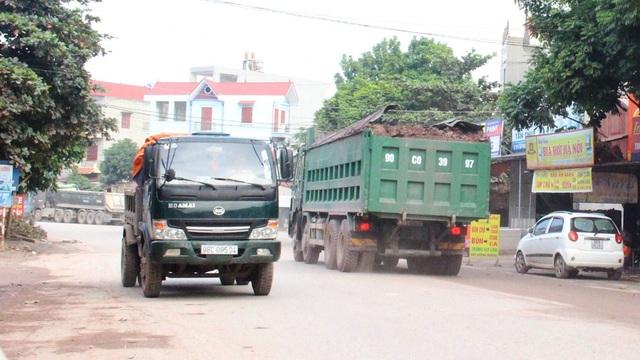 Phương tiện (bên phải) chở quá khổ, quá tải trên quốc lộ 17 đoạn qua xã Tiền Phong (Yên Dũng).