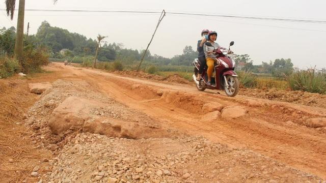 Tuyến đường độc đạo vào thôn Càn, xã Hương Sơn (Lạng Giang) xuống cấp do xe quá tải.