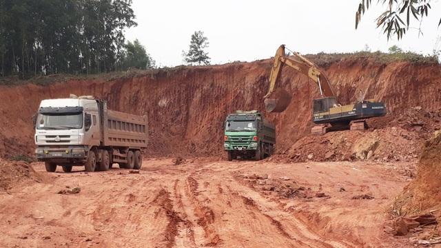 Nhiều xe cơi nới thành thùng chở đất tại điểm mỏ ở xã Bảo Sơn (Lục Nam).