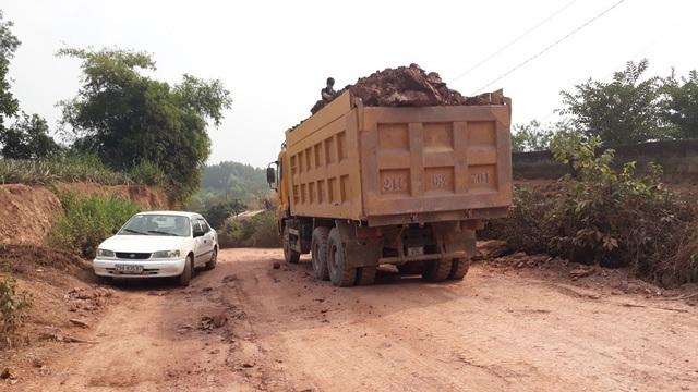 Xe chở đất cơi nới thành thùng qua một số tuyến đường thuộc xã Hương Sơn (Lạng Giang).