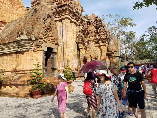 Du khách tại tháp bà Ponagar Nha Trang (Khánh Hòa) những ngày gần đây