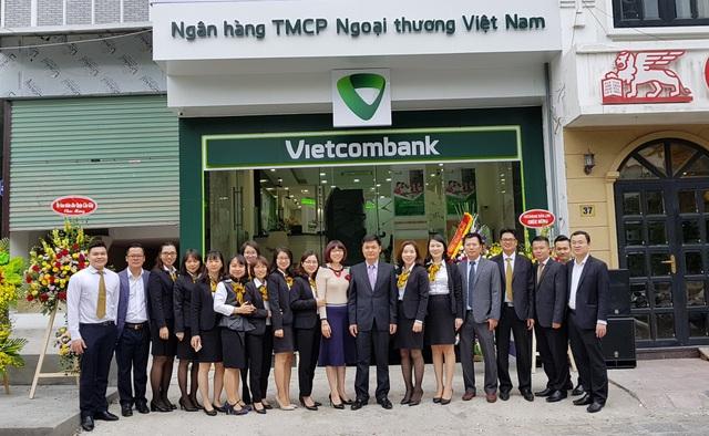 Ban Giám đốc Vietcombank Thăng Long cùng lãnh đạo, CBNV Phòng giao dịch Nguyễn Văn Huyên trong ngày khai trương