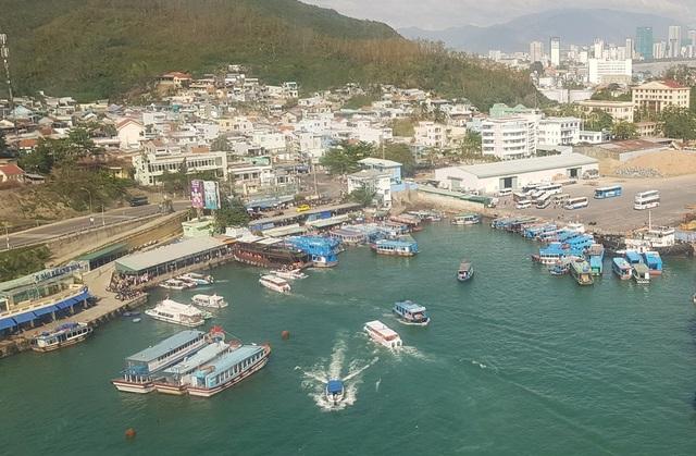 Du khách đến bến tàu du lịch Cầu Đá để tham quan các đảo trên Vịnh Nha Trang
